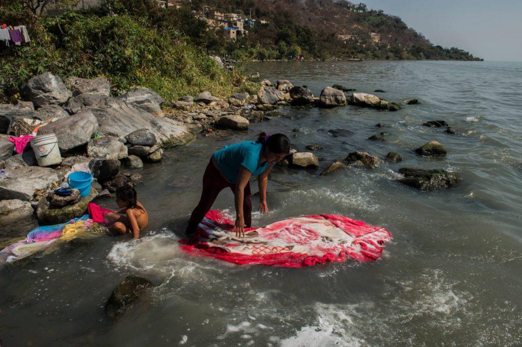 Mexicana lavando en un río